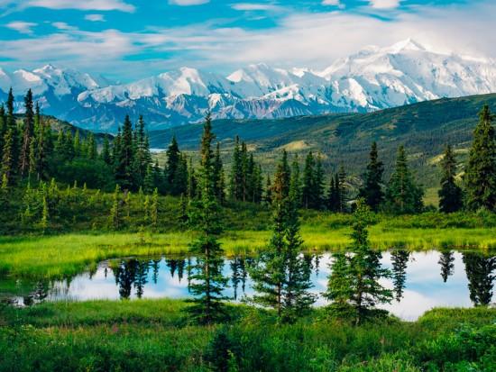 Аляска, озеро и подножия гор